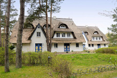 Ferienhäuser / Reetdachhäuser mit ausgebautem Dach - zweistöckige Dachnutzung / Dachfenster - Architektur in  Zingst, Mecklenburg-Vorpommern.
