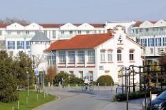 Moderne und historische Architektur, Seestraße in Zingst.