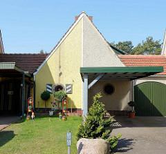 Gemeinsamer Schuppen eines Doppelhauses in der Waldstraße von Barth - unterschiedlich gestaltete Hausfassaden.