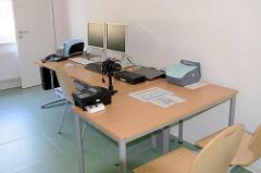 Büro mit Kamera und Druckern der Bundesdruckerei für die Erstellung von Ankunftsnachweisen - neues Ankuftszentrum für Flüchtlinge in Hamburg Rahlstedt / Meiendorf - Zentrale Erstaufnahme ZEA am Bargkoppelweg.