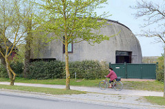 (Halb) Rundes Reetdachgebäude / Neubau mit bis zum Boden gezogene Eindeckung; Dorfstrasse in Ahrenshoop - Architekt Roland Nörpel.
