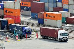 Lkw, Sattelschlepper werden mit Containern auf dem Terminal Altenwerder beladen.