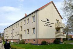Einstöckiger schlichter Wohnblock mit Satteldach - Wohnungsgenossenschaft Schönes Heim in Zingst, Mecklenburg-Vorpommern.