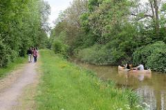 Wanderweg / Spazierweg an den Rathauswettern in Hamburg Wilhelmsburg - Fussgänger, ein Kanu fährt auf dem Kanal / Entwässerungsgraben.