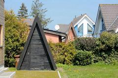 Moderne Architektur in Zingst, Mecklenburg-Vorpommern - Schuppen mit Spitzdach, dreieckige Fenster.