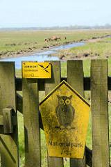Holztür mit Hinweisschild Nationalpark auf der auf der Insel Kirr im Barther Bodden bei Zingst. Die Vogelschutzinsel Kirr ist eine Salzgrasinsel mit einer Länge von ca. 3,5 km und einer maximalen Breite von 1,5 km mit weitverzweigten Prielen. Durc