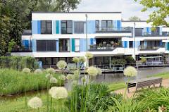 Wohnhäuser am Inselpark / Neuenfelder Straße in Hamburg Wilhelmsburg. Moderne Architektur / Wohnhäuser am Wasser, die im Rahmen der Internationalen Bauaustellung IBA errichtet wurden.