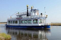 Mississippi-Schaufelraddampfer / Fahrgastschiff Baltic Star in Fahrt im Prerower Strom Richtung Ostseebad Prerow.