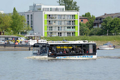 Der Hamburger HafenCity RiverBus auf seiner Sightseeing-Tour in der Billwerder Bucht von Hamburg Rothenburgsort.