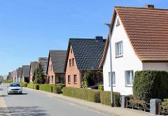 Einzelhäuser mit Satteldach - Siedlung in Reihe mit gleicher Bauform; Geschwister Scholl Straße in Ribnitz Damgarten.