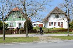 Wohnhäuser, Einzelhäuser mit unterschiedlicher Dach- und Fassadengestaltung - gemeinsamer rückwärtiges Gebäude mit Satteldach, genutzt als Ferienwohnung / Garage; Ostseebad Ahrenshoop.