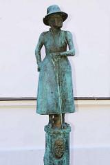 Bronzeskulptur Olga von Oertzen - 27. Domina vom Ribnitzer Stift; Bildhauer  Reinhard Dietrich.