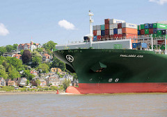 Der 368 m lange Containerfrachter Thalassa Axia auf der Elbe vor Hamburg Blankenese; der Containerfrachter wurde 2014 gebaut und kann 13 808 TEU Standardcontainer transportieren.