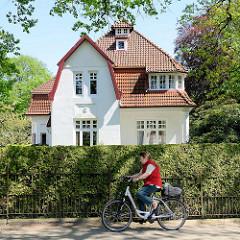Villa - Baustil  Jugendstilarchitektur / Historismus - Wohnhaus hinter hoher Hecke in Hamburg Rahlstedt.