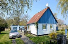 Ferienhaus / Wochenendhaus mit blauem Hausgiebel / Holzverkleidung im Ostseebad Zingst, Mecklenburg-Vorpommern; im Hinterhof Flachbau ( ehem. Garage ) zur Ferienunterkunft / Ferienwohnung umgebaut.