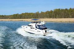Sportboot in Fahrt - Wellen; Naturschutzgebiet / Boddenlandschaft bei Hiddensee, Mecklenburg Vorpommern.
