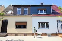 Doppelhaus in der Bergstraße von Ribnitz-Damgarten - unterschiedliche Fassadengestaltung - Dachmansarde mit Schindeln verkleidet.