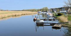 Bootsstege, Anleger für Sportboote an der Barthe / Stadt Barth.