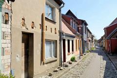 Häuser in der Bleicherstraße / Barth; Gebäude mit stabilisierter Fassade - Gasse und Fussweg mit Kopfsteinpflaster.