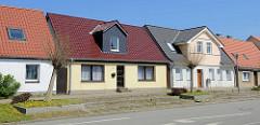 Einzelhäuser mit unterschiedlich eingedeckten Hausdächern und Dacherker - Architektur in Barth.