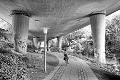 Straße auf Stelzen - Straßenführung der Bundesstraße 75 ( B 75 ) in Hamburg Harburg; Fahrradweg / Fußweg unter der Staßenführung.