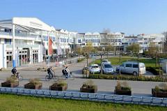 Große Hotelanlage mit Appartments und Geschäften an der Promenade hinter dem Deich  im Ostseebad Zingst, Mecklenburg Vorpommern.