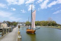 Zeesenboot im Hafen von Althagen / Ostseebad Ahrenshoop. Das Zeesenboot ist ein Fischerboot und hat einen geringen Tiefgang - so ist es sehr gut geeignet für das Fischen in den flachen Küsten- und Boddengewässern; bei der Fangtechnik der  Zeesenfisch