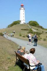 Leuchtturm Dornbusch / Leuchtfeuer Dornbusch/Hiddensee - Ordnungsnummer C 2588; Touristen wandern durch das Naturschutzgebiet zum Leuchtturm - einige stehen auf der Aussichtsplattform.
