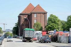 Blick auf die Janusz-Korczak-Schule am Bullenhuser Damm in Hamburg Rothenburgsort - Gewerbegebiet mit LKW. In der Schule wurden 1945 20 Kinder zusammen mit ihren Pflegern ermordet.