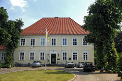 Das alte Hannoversche Amtshaus Wilhelmsburg wurde 1724 auf den Grundmauern der Grotenburg errichtet. 1865 wird das Gebäude verkauft und als Kirchdorfer Schule genutzt. Seit Mitte des 20. Jahrhunderts hat dort das Museum Elbinsel seinen Sitz.