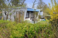 Flachdach-Ferienhaus mit abgeschrägter Wand / Terrasse mit Vorgarten - Ostseebad Zingst, Mecklenburg-Vorpommern.