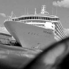 Das Kreuzfahrtschiff THE WORLD hat im Hamburger Hafen festgemacht - das Passagierschiff liegt am Kreuzfahrtterminal Hafencity in der Norderelbe.