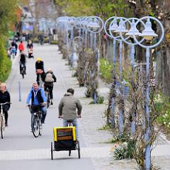 Promenade zur Seebrücke - Straßenlaternen / FahrradfahrerInnen - Bilder aus dem Seeheilbad Zingst an der Ostsee.