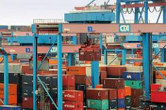 Containerlager auf dem HHLA Container-Terminal Altenwerder CTA; ein Portalkran transportiert einen Container zum Lagerplatz.