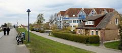 Deichweg beim Zingster Hafen - modernes mehrstöckiges Ferienhaus mit Appartements - Ziegelgebäude,  Wohnhaus mit Dachausbau.