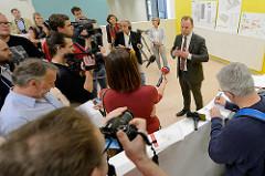 Vorstellung des neuen Ankuftszentrum für Flüchtlinge in Hamburg Rahlstedt / Meiendorf durch den Hamburger Innensenator Andy Grote.