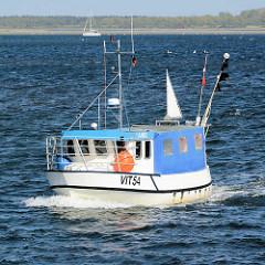 Der Fischkutter VIT 54 fährt in den Hafen von Vitte, Insel Hiddensee ein.