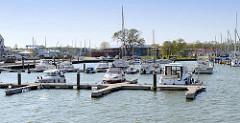 Stadthafen von Barth am Barther Bodden - Motorboot und Segelboote am Steg / Bootsschlengel.