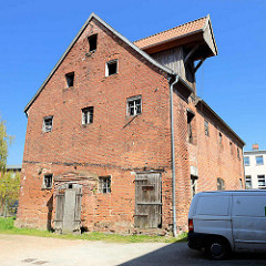 Altes mehrstöckiges Speichergebäude mit Dachwinde - historische Architektur in Barth.