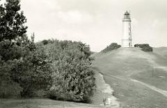 Historische Ansicht vom Leuchtturm Dornbusch / Leuchtfeuer Dornbusch/Hiddensee - Ordnungsnummer C 2588; Touristen wandern durch das Naturschutzgebiet.