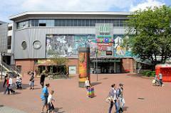 Blick über den Seeveplatz zum Marktkauf Center in Hamburg Harburg;