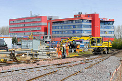 Erweiterungsarbeiten auf dem Containerbahnhof Hamburg Altenwerder; die Gleisanzahl wird von sieben auf neun erhöht - die Kapazität des Containerumschlags soll auf 769 000 TEU / Standardcontainer erhöht werden.