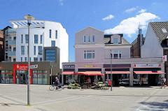Geschäfte in der Rahlstedter Bahnhofsstrasse - neue und historische Architektur, Neubau / Altbau.