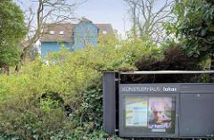 Künstlerhaus Lukas in Ahrenshoop - eines der ältesten Künstlerhäuser Deutschlands. Der Maler Paul Müller-Kaempff, Mitbegründer der Künstlerkolonie Ahrenshoop, errichtete das Gebäude 1894 als Pensions- und Atelierhaus für seine Malschülerinnen.