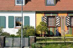 Siedlungshäuser / Doppelhäuser in der Waldstraße von Barth - unterschiedlich gestaltete Hausfassaden.