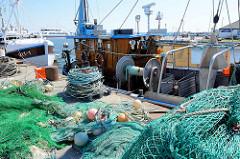Netze und Tauwerk am Kai vom Hafen Vite auf Hiddensee - Fischkutter.