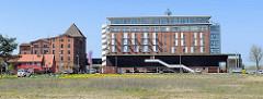 Speicher am Hafen von Barth - jetzt Hotel. Lks das denkmalgeschützte Speichergebäude, das zum Apartementhaus umgebaut werden soll.