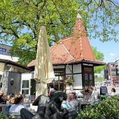 Café an der Bahnhofsstraße in Hamburg Rahlstedt in der Fussgängerzone - Sitzplätze in der Sonne;