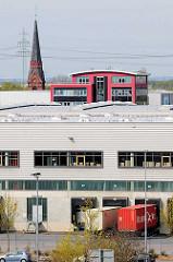 Logistik Center / Gewerbegebiet in Hamburg Altenwerder - Kirchturm der St. Gertrud Kirche; Reste des ehem. Fischerdorfs, das dem Hamburger Hafenerweiterungsgebiet weichen musste.