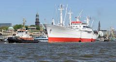 Das Hamburger Museumsschiff Cap San Diego wird mit Schlepperhilfe in die Fahrtrinne der Elbe vor den Landungsbrücken geschleppt.